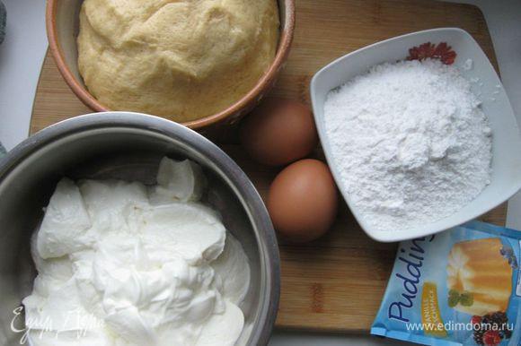 Хорошо перемешать сухие ингредиенты для теста: муку, сахар, ванильный сахар, разрыхлитель. Добавить 2 яйца, сливочное масло. Замесить тесто, положить в холодильник на 40 минут.