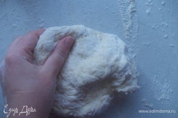 Добавить муку и замесить тесто, тесто должно быть как на вареники, так что муку добавляйте постепенно. Оставить тесто, накрыть полотенцем.