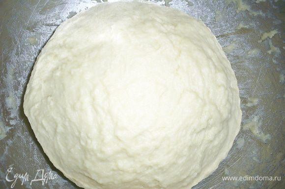 Дрожжи раскрошить в теплое молоко, добавить соль, сахар. Размешать до растворения дрожжей. Затем всыпаем просеянную муку, добавляем растопленное сливочное масло и взбитое вилкой яйцо. Замешиваем мягкое тесто, тесто может немного липнуть к рукам. При необходимости можно добавить чуть-чуть муки.