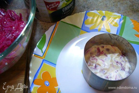 Теперь добавляем в салат лук. И снова майонез.