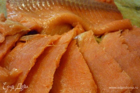 Рыбу разделать на филе, удалить кожу. Если рыба подморожена, то ее очень просто нарезать тоненькими ломтиками. Я делала по- всякому: и тонко порционно, и толсто...