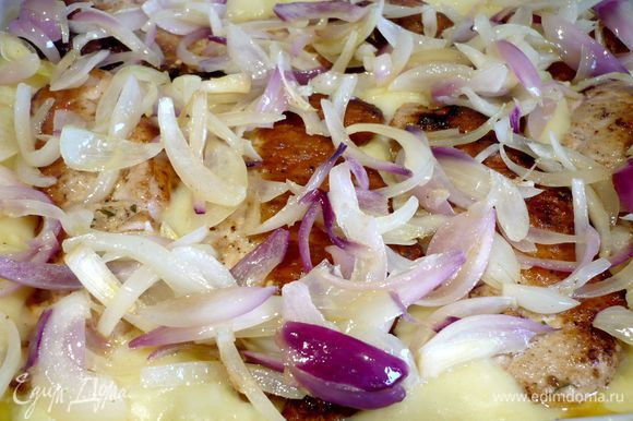 Выложим пюре в смазанную сливочным маслом форму для запекания, сверху — свиные отбивные (сначала вынем из них шпажки и удалим кулинарную нить) и лук. Запекаем в течение 15 минут.