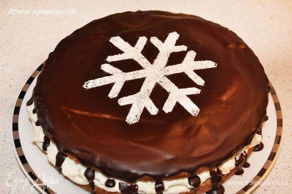 Полить торт глазурью. Для этого растопить шоколад и смешать его с маслом. Покрыть торт и поставить в хол-к. Через 30-40 минут можно украсить. Через трафарет посыпать сахарной пудрой.