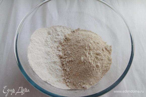 Муку просеять, добавить соль и соду.