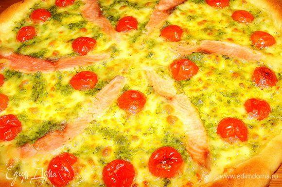 Запекать пиццу при 260 * минут 15-20. Эта пицца получается очень сочная, за счет помидорок и большого количества моцареллы.