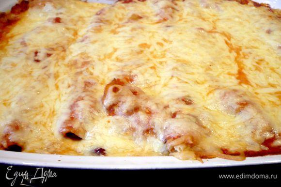 Заливаем соусом. Посыпаем тертым сыром. Ставим в духовку на 20 — 25 минут! Наша запеканка готова! Приятного аппетита!
