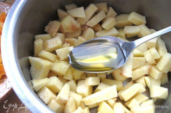 Айву порезать кубиками, добавить мед, сахарный песок, вино. Варить на медленном огне минут 20 до исчезновения жидкости.