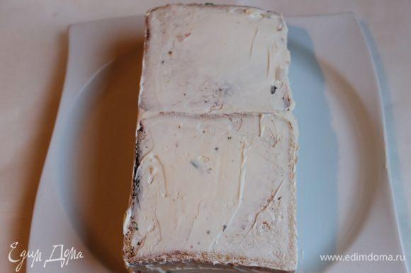 Oбмажем весь тортик сливочным сыром.
