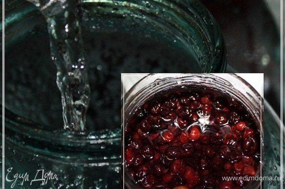 Продолжаем процесс. Заливаем в банки с ягодами воду. Опять же – не экономьте. Воду надо взять свежую и вкусную. Если нет колодца или родника, купите бутилированную. Негазированную и хорошего качества. Это немаловажно. Воды заливать надо так, чтобы она покрыла ягоды на палец – два.