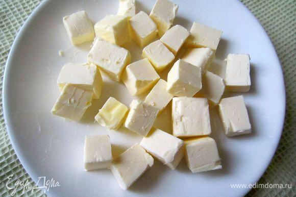 Охлаждённое сливочное масло порезать на кубики и оставить нагреться до комнатной температуры.