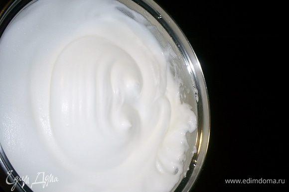Взбиваем белки до устойчивых пиков, не прекращая взбивания добавляем к ним половину нормы сахара (50 г) за 5 приемов. Снова взбиваем до устойчивых пиков. При переворачивании емкости белки должны не выпадать из нее. Убираем белки в холодильник.