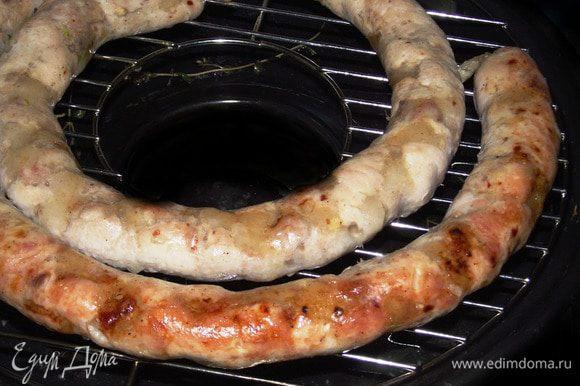 Отправляем колбасу на решетку, увеличиваем огонь и накрываем крышкой. Первые 10 минут жарим на большом огне. Затем убавляем огонь до среднего и переворачиваем колбаску. В духовке первые 10 минут запекаем при 200 градусах, а затем убавляем до 180 и поливаем периодически соком.