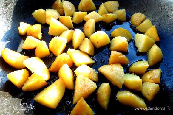 """Отварную картошку (тоже осталась от """"шубы"""") обжариваем на растительном масле до золотистости."""