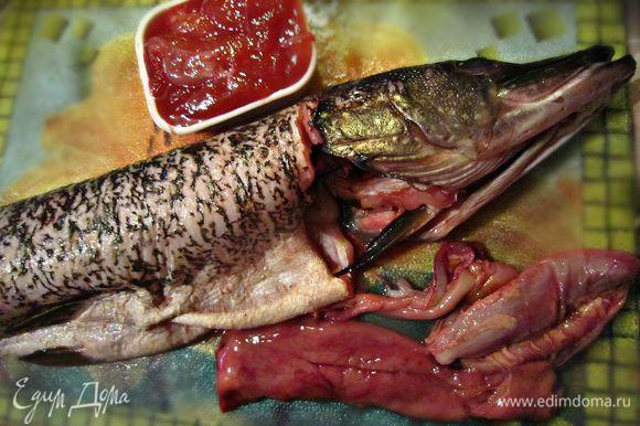 Сделать надрез ножом вокруг головы рыбы, оставляя один позвонок. Вынуть внутренности (очень аккуратно, чтобы не раздавить, вынимаем желчный пузырь).