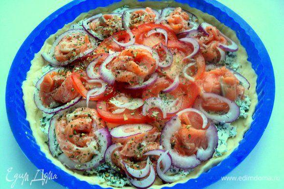 Поверх сыра разложить филе семги, помидоры и полукольца лука. Посыпать итальянскими травами.