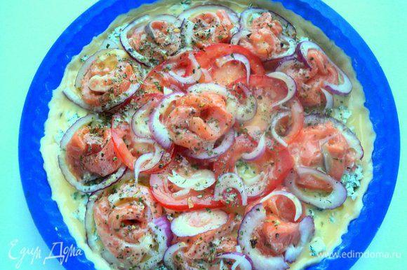 Полить пиццу взбитым яйцом и взбрызнуть оливковым маслом. Выпекать в духовке при температуре 190 градусов 25-30 минут.