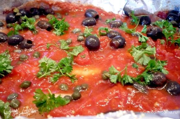 Выложим 2/3 соуса на фольгу, затем сверху рыбу, зальем остальным соусом, сверху выложим маслины, каперсы и посыпем порубленной петрушкой. Завернем фольгу. Выпекаем в течение 20 минут.