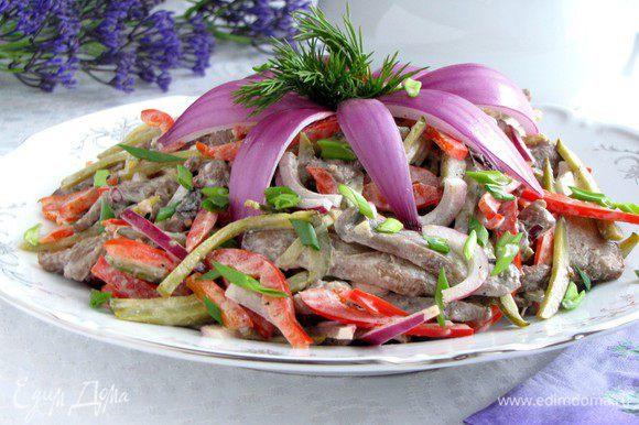 Выложить салат на блюдо, посыпать мелко-рубленным зеленым луком и украсить по своему желанию. Я сделала лилию из фиолетового лука.)))