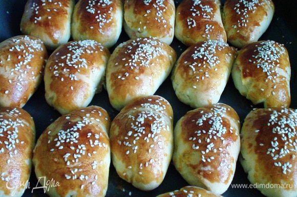 Формируем булочки: раскатать лепёшку, в центр положить мармеладинку и защипать как пирожок. Верх булочек смазать яичным желтком, можно посыпать семенем кунжута. Приятного аппетита!
