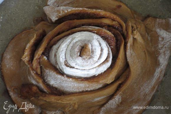 Оставшиеся полоски нарезать на прямоугольники длиной 10 см и выложить вокруг розы горизонтально, формируя спираль.