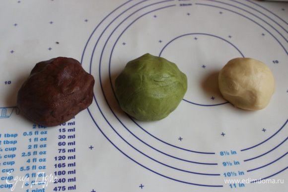 Такие вот получатся колобочки. Работаем сразу с тестом, белую часть раскатаем колбаской, у меня она 2 см диаметром. Уберем ее в морозилку на 5 минут.