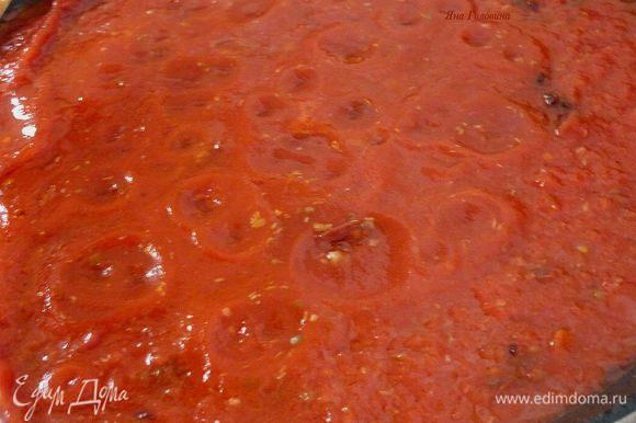 Пока готовится орзо, в миске перемешать чеснок, рассол из-под каперсов, черный перец и 1 ст ложку оливкового масла. В маринад уложить филе и хорошо перемешать . На сковороде разогреть остаток масла, обжарить мясо по 5 минут с каждой стороны. Переложить на тарелку. В сковороду вылить помидоры, каперсы и оливки . Довести до кипения и тушить минут 6. Сок от курицы, который образуется на тарелке влить в соус .