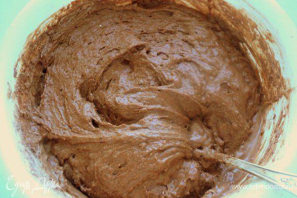 Добавляя частями поочередно муку и кефир, замесить тесто.
