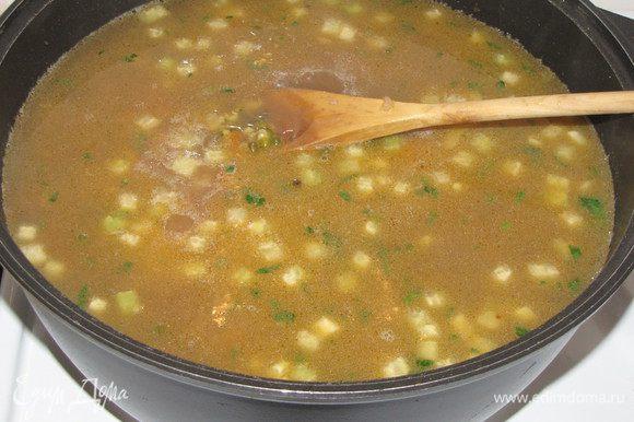 К этому времени должен свариться маш, все зерна в нем должны лопнуть. Если этого не произошло, то варите еще. Затем перелейте отвар из кастрюли в казан. Посолите. Машевый суп соли возьмет больше, чем любой другой. Варите 15-20 минут.