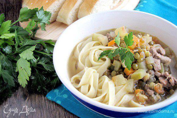 Подавайте суп в касах, добавив лапшу и посыпав тонко нарезанной зеленью. Приятного аппетита!