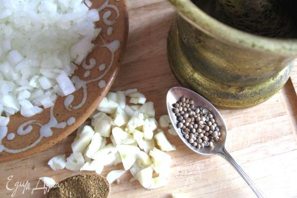 Чеснок порезать. Кориандр растолочь вместе с чесноком и солью в ступке.