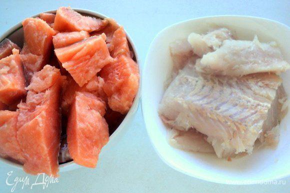 Филе семги и белой рыбы (у меня хек) порезать на небольшие кусочки и подморозить в морозилке в течении 15 минут.