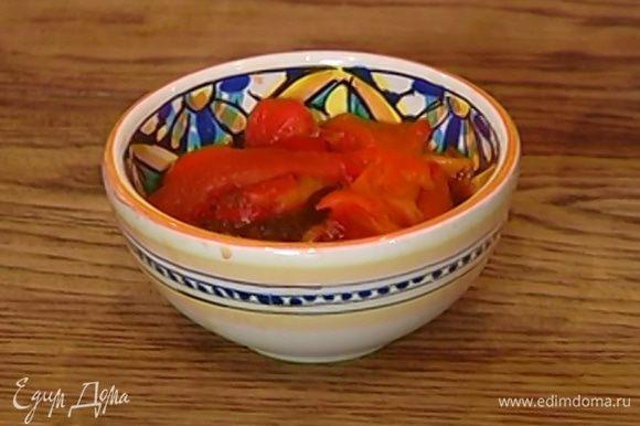 Сладкий перец запечь под грилем или в духовке, положить в целлофановый пакет, плотно закрыть и дать ему пропотеть, затем очистить от кожицы.