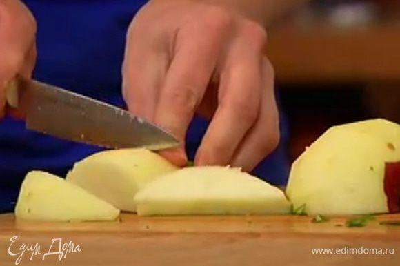 Яблоко почистить и, удалив сердцевину, нарезать дольками.