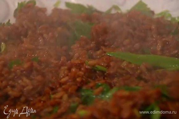 Всю зелень перемешать и выложить на тарелку, добавить отваренный рис, полить заправкой и еще раз перемешать.