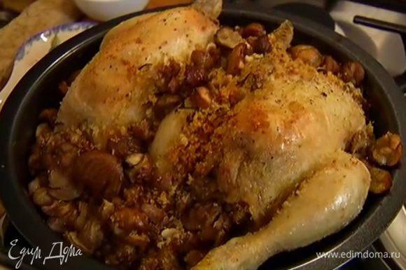 Запекать цыплят в разогретой духовке 40 минут.