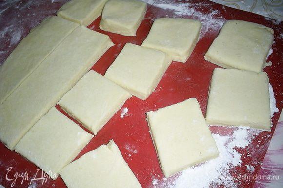 Полученную стопку слоев складываем вдвое. Полученный слоеный квадрат еще раз раскатываем до толщины теста примерно 6-7мм. Слишком сильно раскатывать не нужно, иначе печенье плохо поднимется при выпечке. Разрезаем пласт теста на 16 квадратиков.