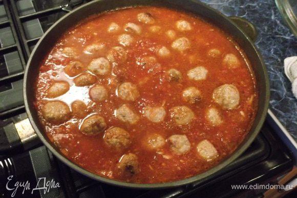 Обжаренные фрикадельки добавить в горячий соус и протушить минут 15.