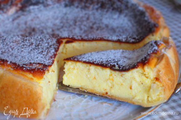 Остудить тарт на решётке и посыпать сахарной пудрой. Тарт вкусный и в тёплом,и в охлаждённом виде.Можно подать с черничным вареньем или мёдом.Приятного аппетита:)