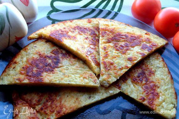 Лепёшку при желании разрежем как пиццу на треугольники.