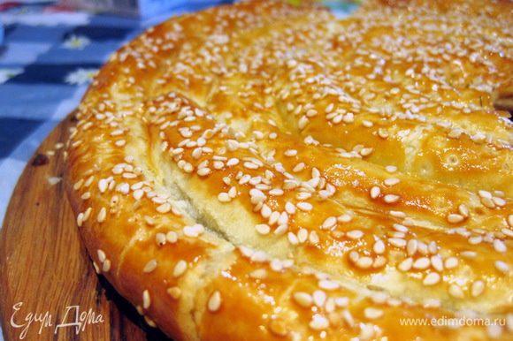 Пирог отправить в разогретую до 180-200оС духовку на 30-40 минут, выпекать до полной готовности теста и золотистой корочки. Приятного аппетита!