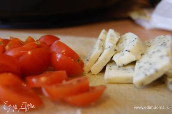 Подготовить моцареллу, помидорки. Порезать кусочками. Руколу вымыть, высушить.