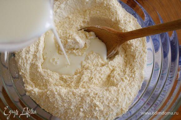 Добавить кефир, влить кефир (стакан - 240 мл) и все перемешать.