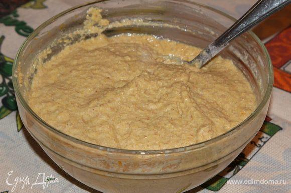 Смешиваем кукурузную муку с мукой грубого помола и высшего сорта, добавляем соду и разрыхлитель. Вливаем жидкую смесь и замешиваем тесто. Должно получиться густое тесто, как на оладьи.