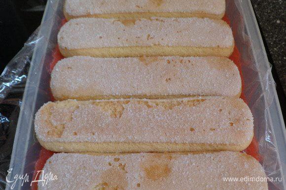 Делаем 3 слой из пропитанного печенья. Затем аккуратно накрываем пищевой пленкой и отправляем в холодильник на пару часов