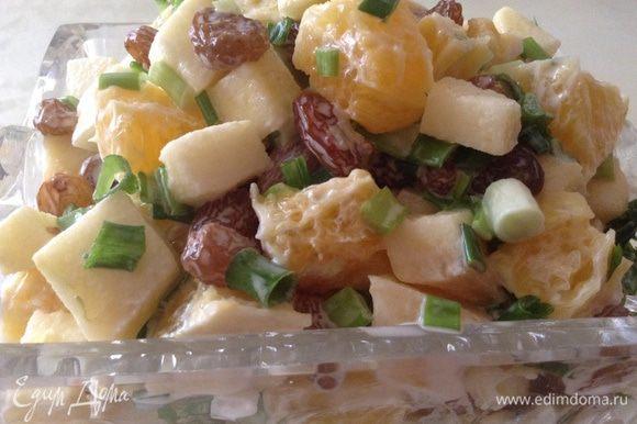 Все ингредиенты перемешать, добавить майонез (лучше сначала положить чуть меньше, потому что салат получается очень сочный). Приятного аппетита!