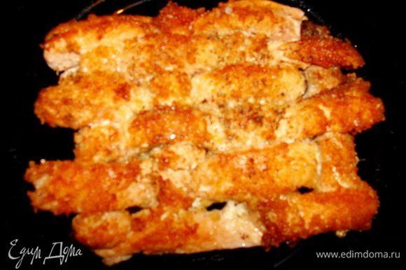 Рыбу (у меня кижуч, филе), порезать плоскими полосками. Можно присолить, добавить перчик, сок лимона, приправки по вкусу и дать настояться 30 минут. Сплести плетенку, обвалять в сухарях, а можно и не делать этого. Обжарить с двух сторон до готовности, как обычно жарим рыбу.
