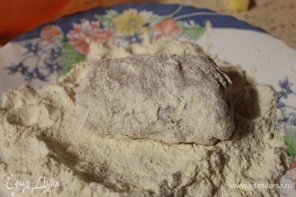 Готовим панировку. Для этого насыпаем муку в тарелку, панировочные сухари в другую тарелку, два яйца взбиваем с солью вилкой. Обваливаем наши рулетики сначала в муке, потом в яйце, потом в сухарях, затем опять в яйце и в сухарях.