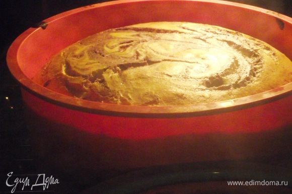 Суфле отправляем в духовку на 35-40 минут, а если готовите его в маленьких порционных формочках — 10-15 минут. Для суфле, которое готовится в порционных формочках, температура духовки должна быть 200-220 градусов. Для суфле в больших формах – 180 градусов.