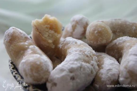 Приготовить медовый сироп (мед+вода). Готовые печеньки обмакать в сиропе и обвалять в сахарной пудре. Приятного чаепития!!!