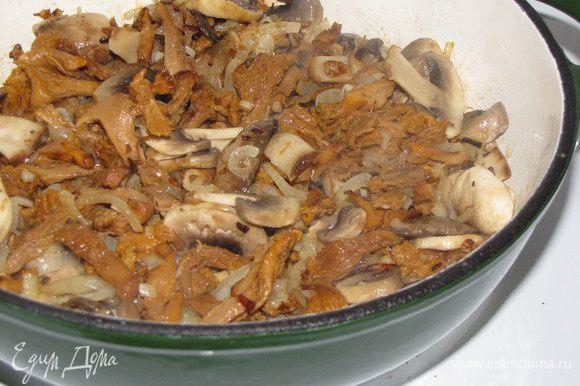 Параллельно поставить на огонь кастрюлю с водой. Пока вода закипает, добавить в сковороду сливочное масло и нарезанные грибы любые (у меня шампиньоны и лисички). Если грибы замороженные, то предварительно разморозить и отжать воду. Обжаривать грибы пока они не станут мягкими, примерно 5 минут.